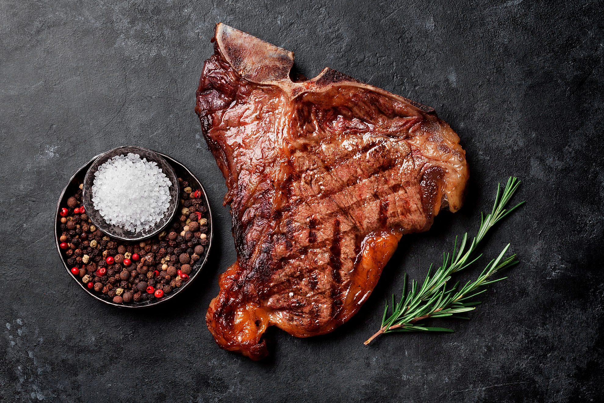 Steak würzen Salz Pfeffer